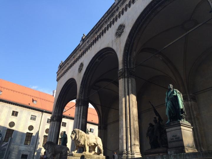 Blonde in Grey - Beer Steins in Munich (13)