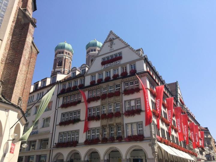 Blonde in Grey - Beer Steins in Munich (16)