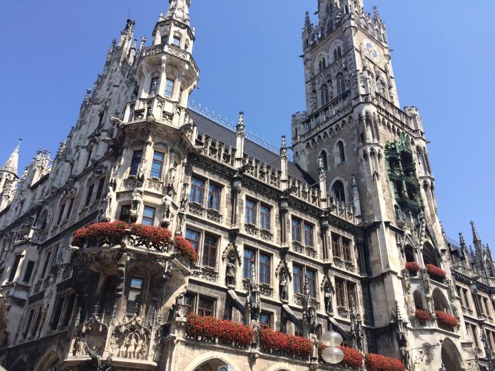 Blonde in Grey - Beer Steins in Munich (17)